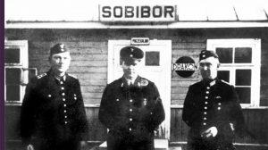 Spoorwegpersoneel voor het stationnetje van Sobibor