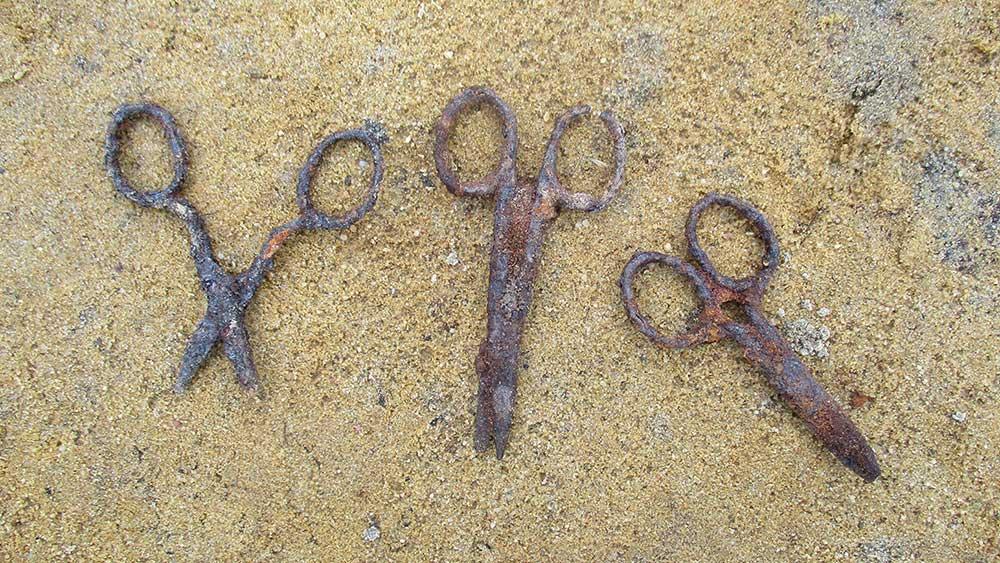 opgegraven scharen bij de kappersbarak