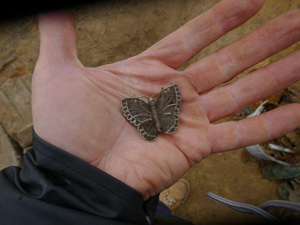 Opgegraven vlinderbroche
